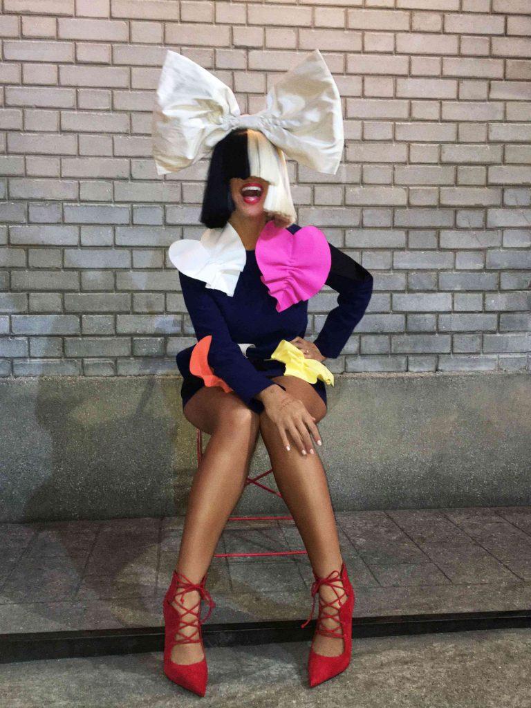 """Sia ujawniła tajemniczy projekt #weareyourchildren. Zobacz teledysk Sia """"The Greatest""""!"""