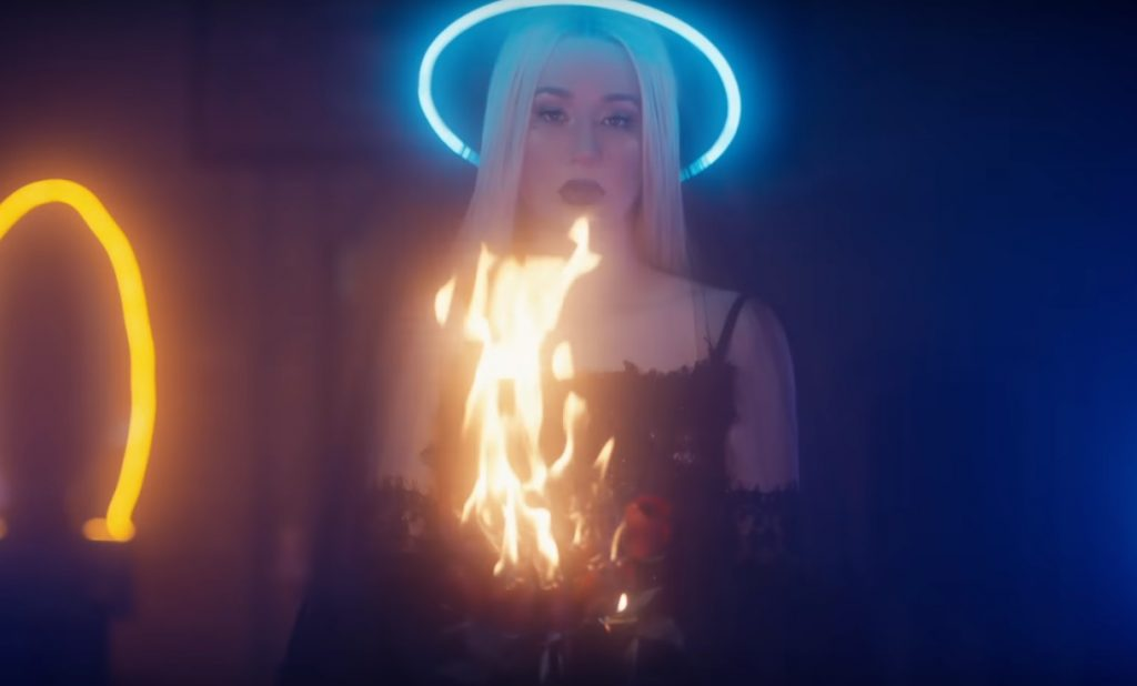 """Iggy Azalea prezentuje klip do """"Savior"""" – mnóstwo religijnych symboli!"""