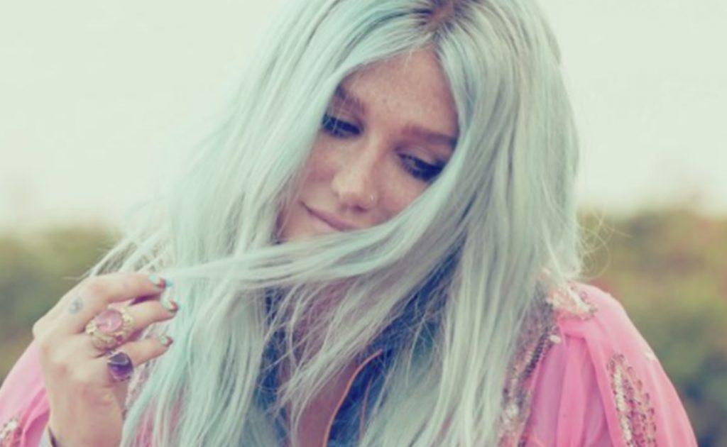 """Kesha kontynuuje promocję albumu """"Rainbow""""! Właśnie zadebiutował teledysk do utworu """"Hymn""""!"""